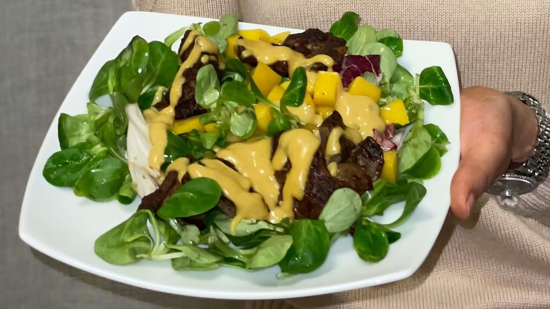 Теплый салат с куриной печенью и манго от Саши Кругловой