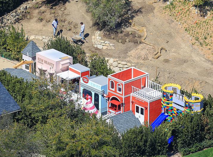 60 миллионов долларов: Ким Кардашьян построила мини-город для своих детей
